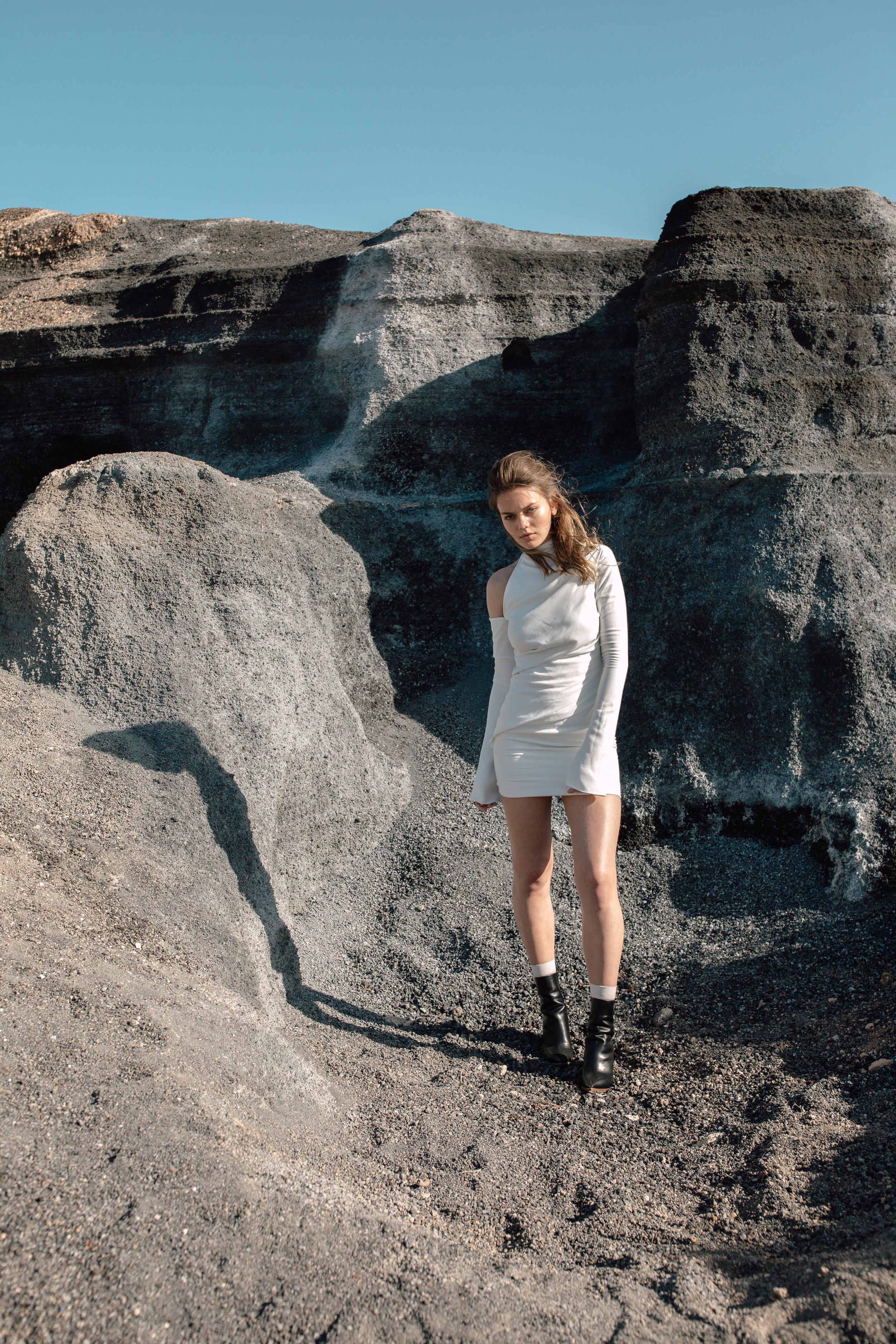 BANG DRESS - Drapiertes Kleid in Mini-Länge. Knopfleiste in der hinteren Mitte. Stehkragen. Lange Ärmel.Material: 92% PES 8% PU1.495 €auch erhältlich aus 100% Seide:1.995 €