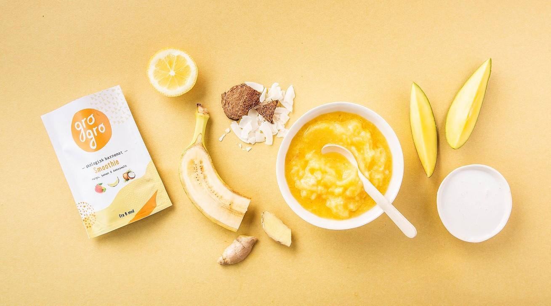 - Mango och banan smoothie med ingefära och citronRekommenderad från 6 månader. 120 g Utan mjölk och glutenIngredienser: Mango 39%*, Banan 39%*, Kokosmjölk 15%*, Citronsaft från råsaft 5%*,torkad ingefära 2%*,*Ekologiska ingredienser100 g: Energi 126 kcal/527 kjFett 4,43g (varav Mättade fettsyror 0.11g Fleromättade fettsyror 0.11g Enomättade fettsyror 0.06g), Karbohydrater 19,0g, Kostfiber 1,89g, Protein 1.51g, Salt 0mg