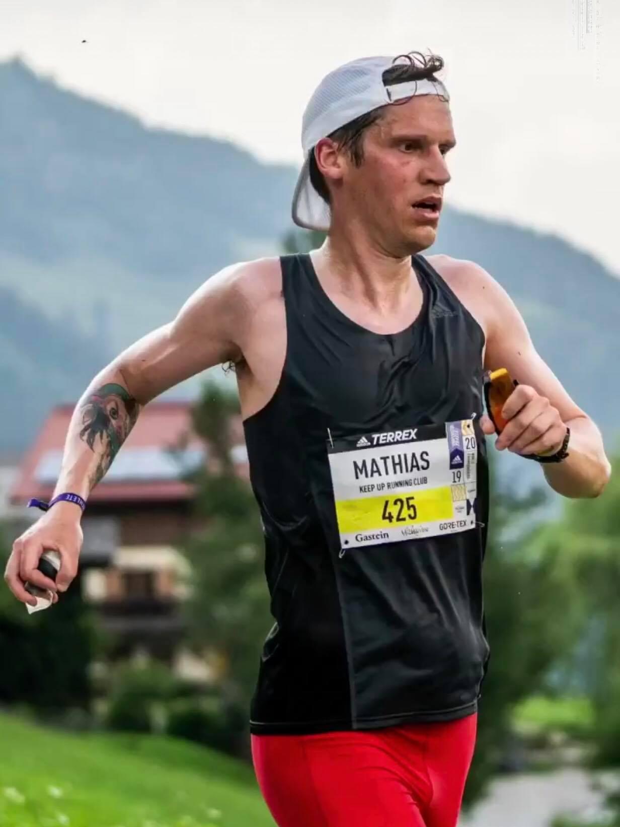 """Mathias Ösmark gör sin andra ultra efter att ha fullföljt Ultravasan för några år sedan. """"Öset"""" sprang Berlin Marathon på 2.27 i höstas och är nu redo för en ny utmaning. 2,5 terrängvarv, 35 grader varmt och 3600 höjdmeter är vad som väntar. Hårt!"""