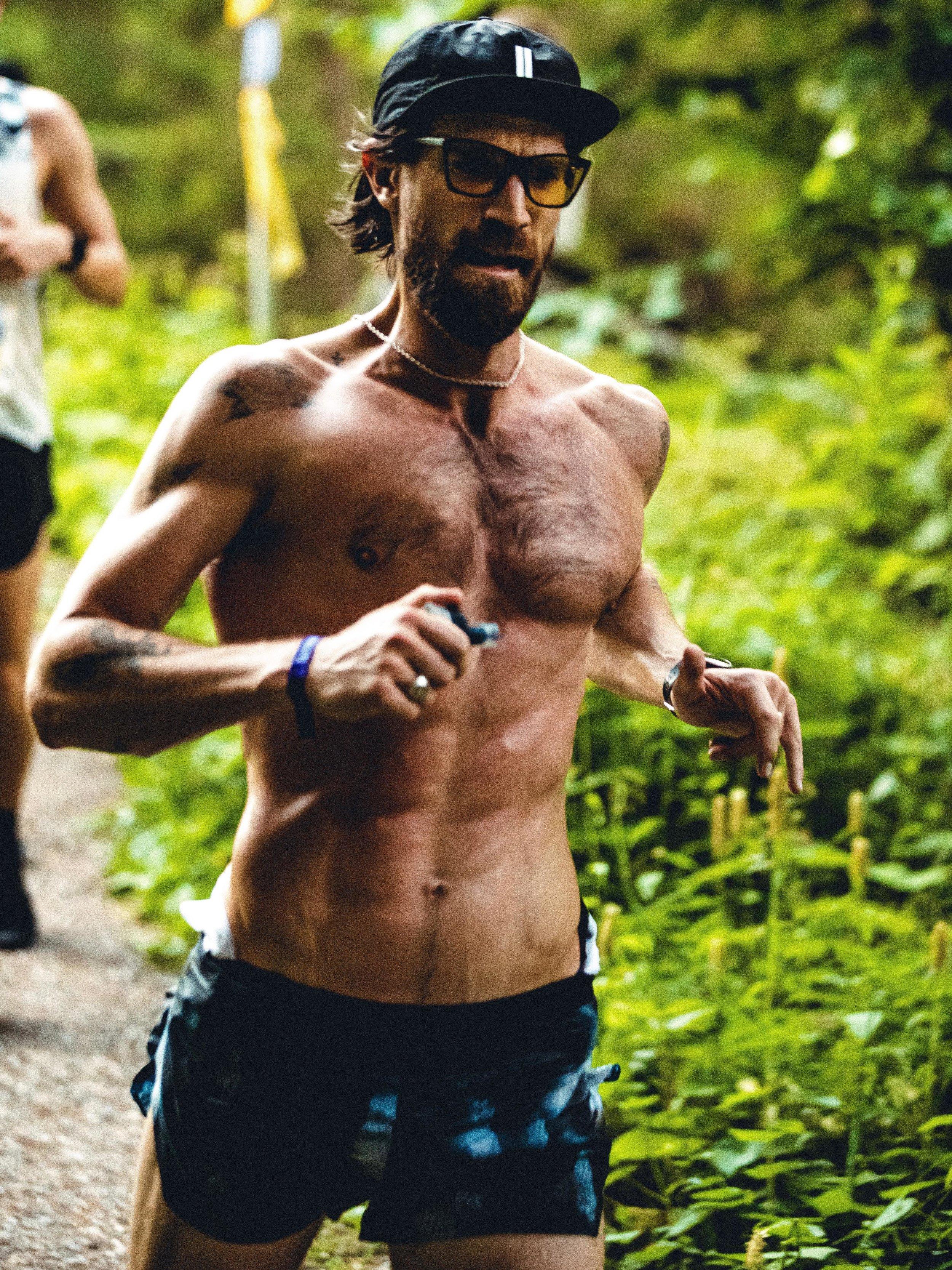 Nyblivne Hofvet-löparen Henrik Fallenius i en mäktig bild från prologen.