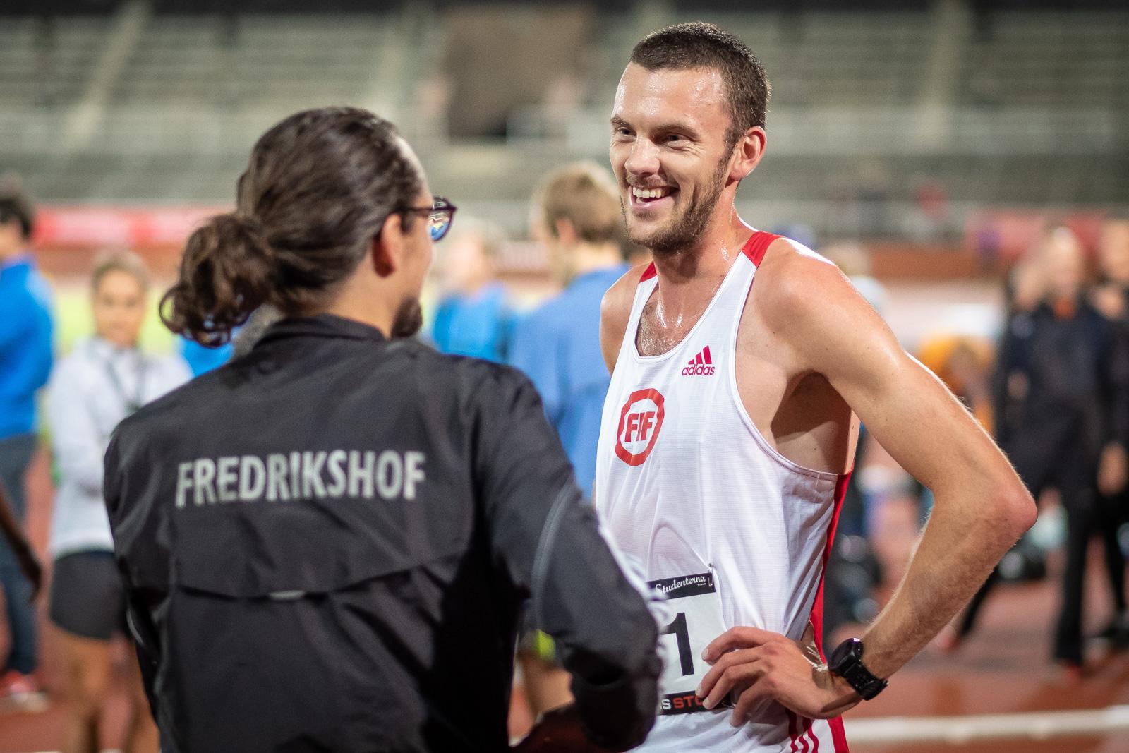 På fredag startar friidrotts SM i Karlstad och för första gången på flera år har Fredriskhof en löpare med på startlinjen. Kristofer Låås, som redan presenterat sig stort för löparsverige med sitt otroliga lopp på Stockholm Marathon i våras, debuterar. Så här går tankarna inför startskottet.