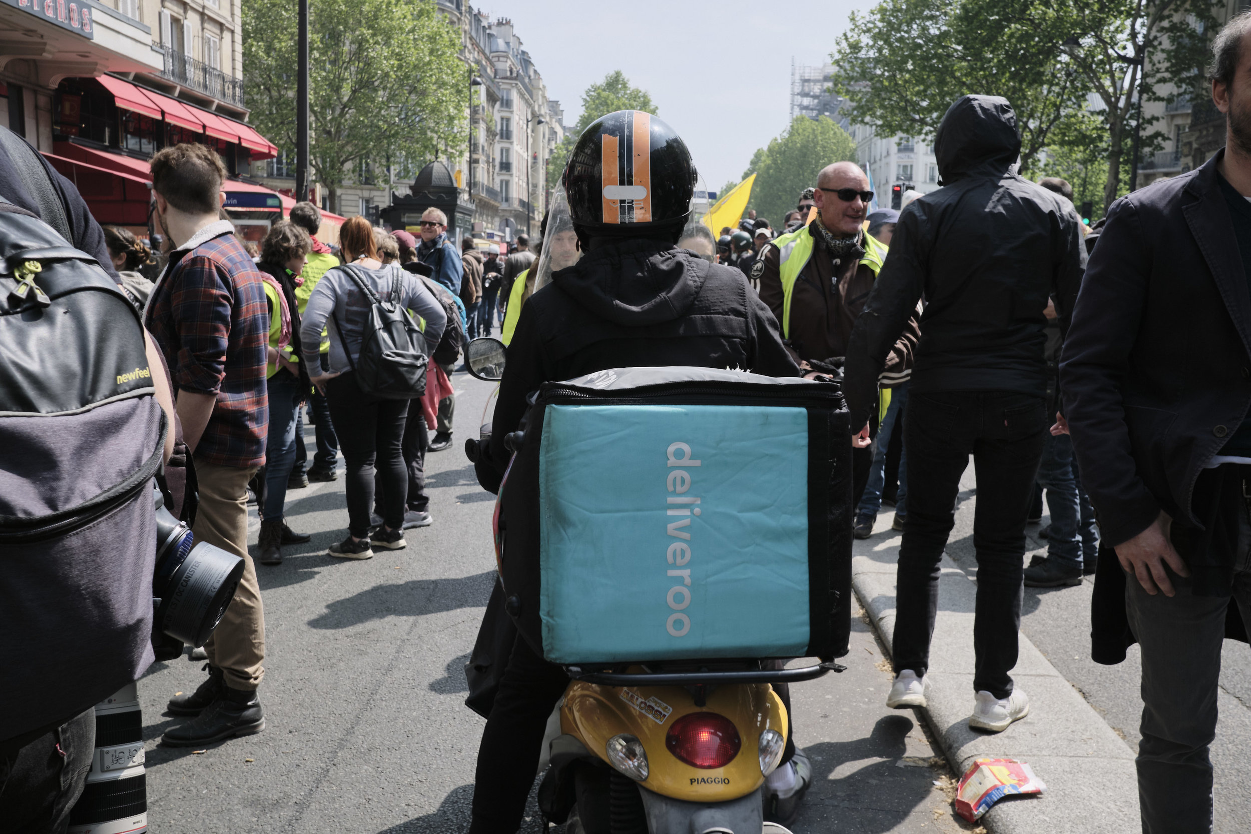 A Deliveroo driver found himself in the middle of May Day protest at Boulevard du Montparnasse.