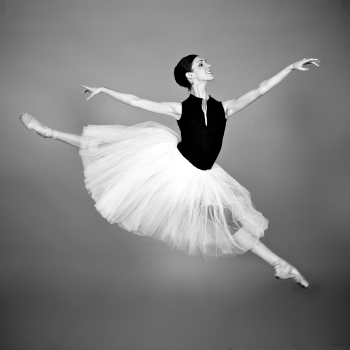 dancer-jete-grayscale.jpg