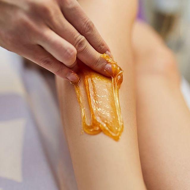 Connaissez-vous la cire au sucre ? Une pâte totalement naturelle, qui respecte la peau et la rend très douce ! #cireausucre #epilation #summerbody #institutdebeauté #institutdebeautéparis #institutcarlota