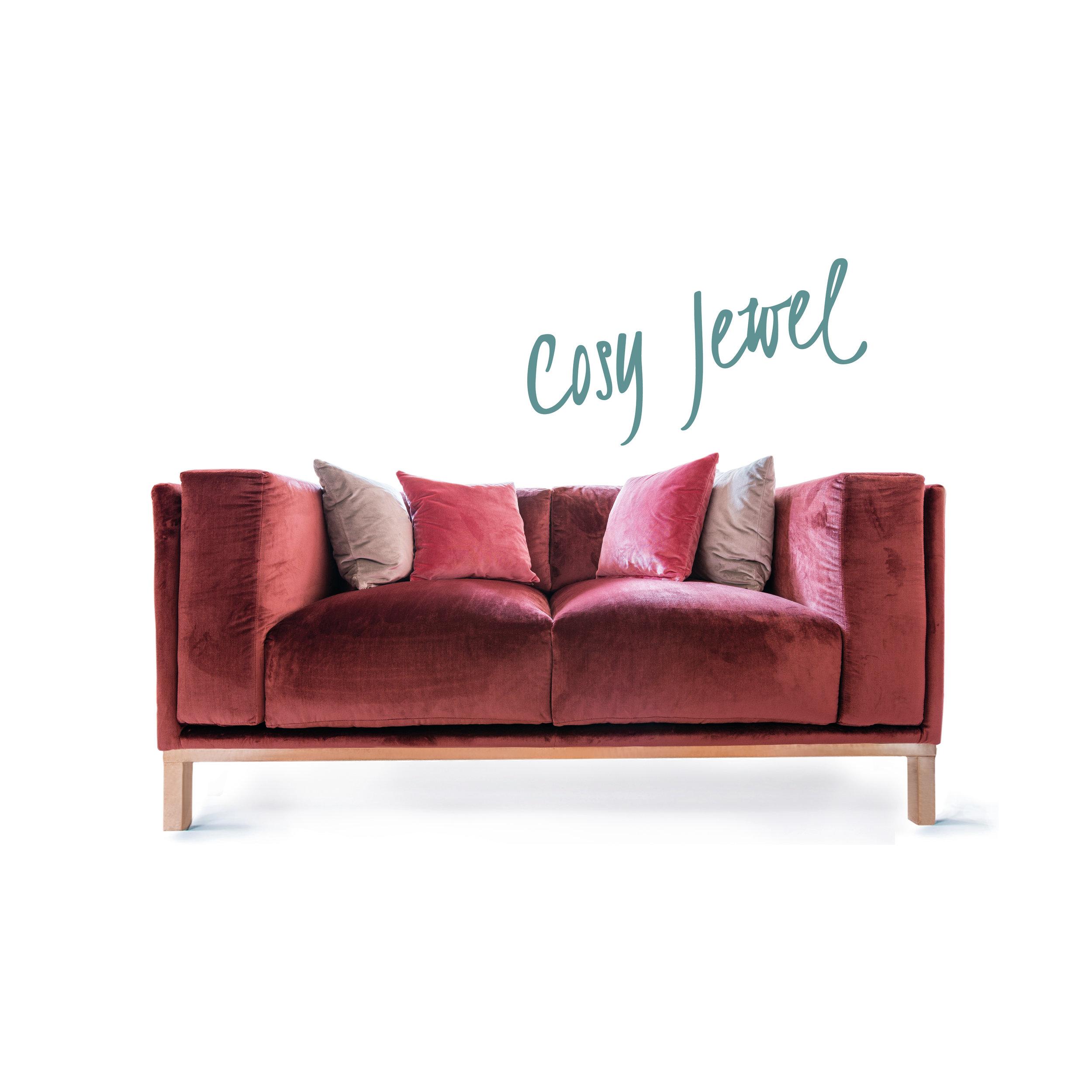 Unser Cosy Jewel ist die Diva unter den Sofas und spiegelt den sinnlichen, verrückten UK Spirit wider. Durch sein Metallgestell in Messing- oder Chromoptik und einem glanzenden Samtstoff ist das Sofa der Eyecatcher in jedem Wohnzimmer.