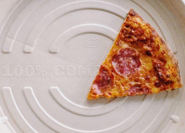 Runde Kartons, die zu 100% kompostierbar sind, mit smarten Belüftungsrillen und einer Feuchtigkeitsregulierung 🌱 Wir sind uns sicher:  Knuspriger sind Pizzen noch nie bei dir zuhause gelandet 🛵🍕 • • • • Einfach online bestellen 🍕Shop.missionpizza.de🍕 oder ruf uns an 040/85407606