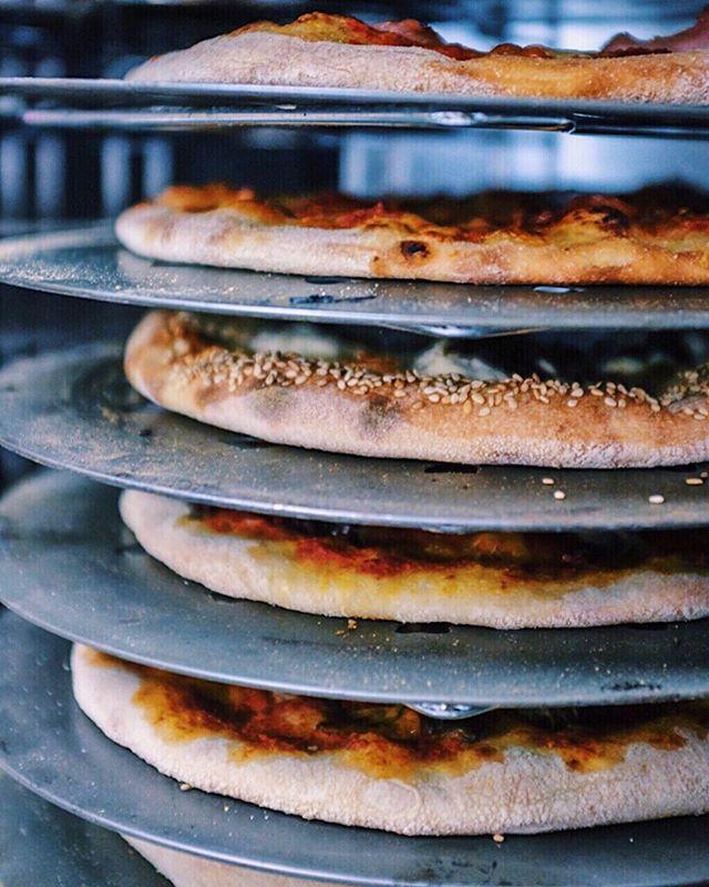 IN CRUST WE TRUST!🍕 Wer mag den Rand der Pizza auch immer am liebsten? 😍 • • • • Einfach online bestellen 🍕Shop.missionpizza.de🍕 oder ruf uns an 040/85407606
