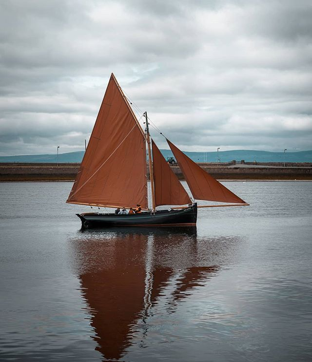 Always amazed whenever I see these sails at the Claddagh ❤ #galwaycoastcottages . . . . .#galway #ireland #thisisgalway #iloveireland #irish_daily #agameoftones #instaireland #ig_ireland #icu_ireland  #travel #landscape #inspireland #wildatlanticway #wonderful_places #discoverireland #planetearth #earthpix #beautifuldestinations #instagood #sunset #sailing #mywildatlanticway #summer #roamtheplanet  #peoplescreatives #exklusive_shot