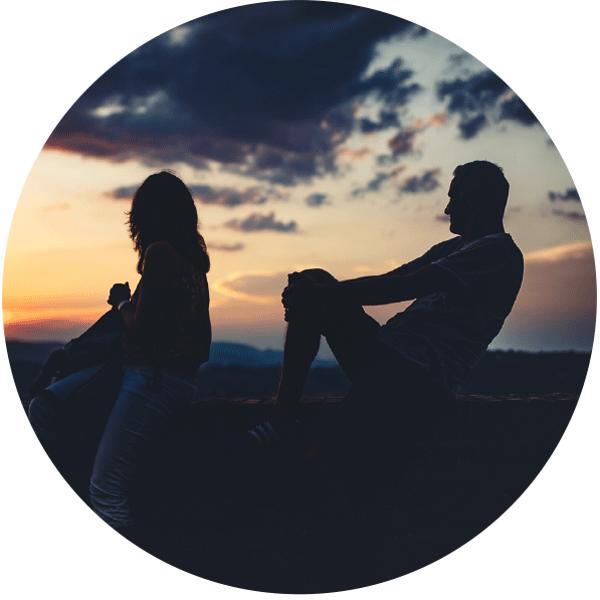 ragazzo e ragazza davanti ad un tramonto marchigiano