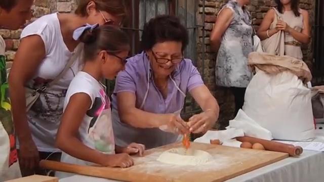 preparazione dei Tacconi pasta fatta a mano con farina di favetta di fratte rosa