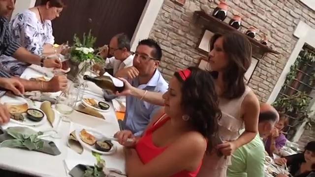 Sara Bracci con il sindaco alessandro Avaltroni nelle fasi della degustazione della favetta di fratte rosa abbinata al vini bianchello del metauro garofanata famoso Terracruda