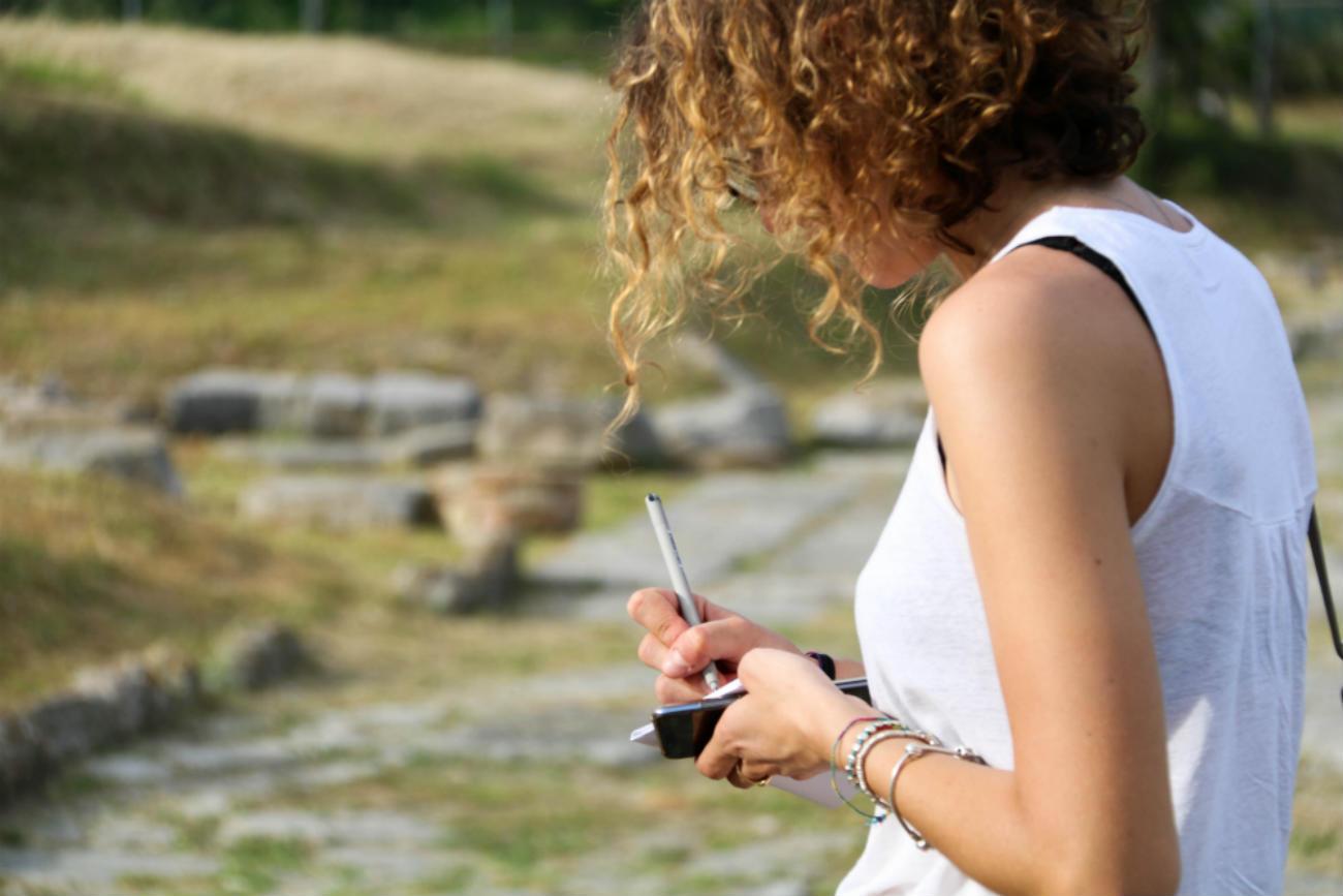 Beatrice Giannotti mentre prende appunti durante la staffetta del bianchello per il blog Erranze marchigiane  colli pesaresi pergola bianchello del metauro
