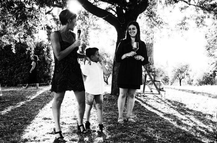 la staffetta del bianchello Carla Fiorini ed Anna Bracci mentre raccontano il territorio della provincia di pesaro e urbino colli pesaresi bianchello del metauto marche