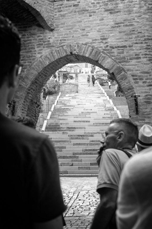 l altra staffetta fa una passeggiata a corinaldo prima di bere il verdicchio della fattoria Laila Libenzi