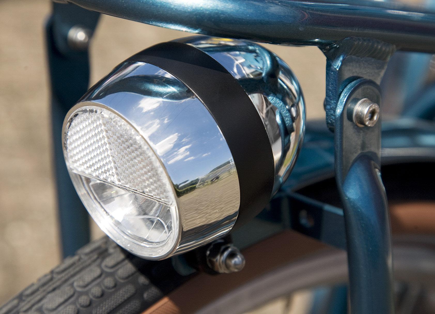 Klasszikus elsőlámpa - Beépített lámpák melyeket nem felejtesz otthon, mert mindig a kerékpáron marad. Egy gomb a kormányon bekapcsolni őket.