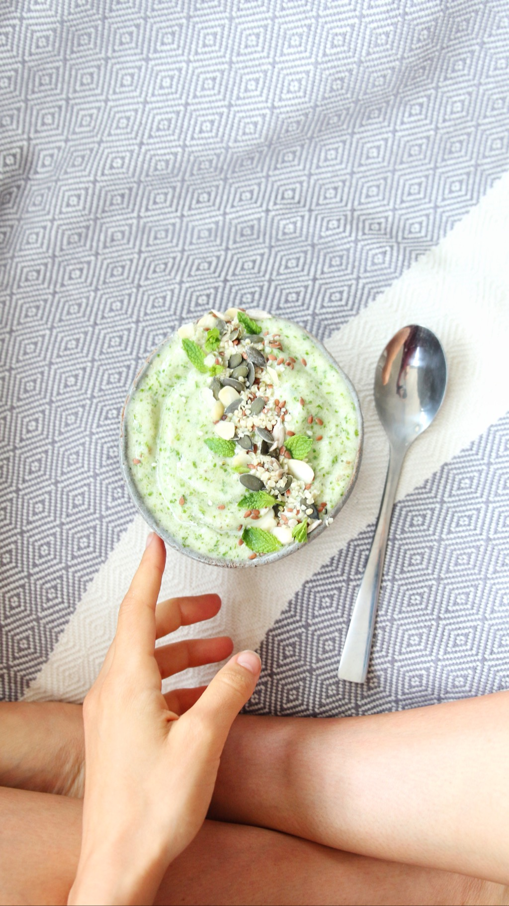 - Blend: 1 frozen banana, 1 frozen apple (cubed), frozen baby spinach leaves (as much as you like) and water.Top it with: A seed mix (pumpkin, flax and sunflower), fresh mint and hemp hearts.