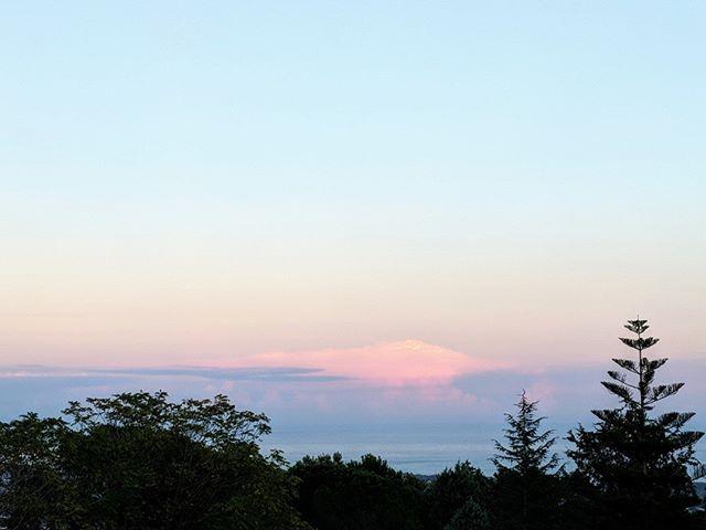 Japanese style sunrise, eastern Sicily, from Villa Ama. #ioniansea #siciliansea #siciliansunrise #alba #sicilia #dawn #mediterraneansunrise
