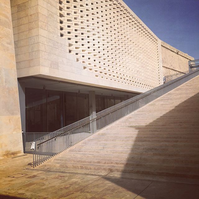 Renzo Piano is the architect of the Parlament House in Valetta. A tribute  to the beutiful old city of Valetta.  The stones are shaped to make a delicate pattern that hildes and give skade to the windows of the building. #malta #arcitecture #arkitektur #design #ledstenarkitektur