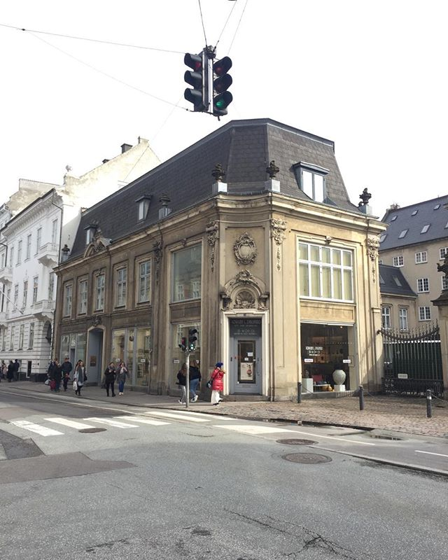 Bredegate København, vakker arkitektur med platina og sjel, ingen påklistrede kuliss- fasader som falmer og mister aktualitet etter kort tid...#arkitektur #architecture #copenhagen🇩🇰 #ledstenarkitektur