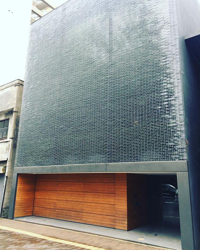 Hiroshima er ikke en vakker by, men midt i den ustrukturerte tilfeldige og uskjønne oppsamlingen av etterkrigs-bygg ligger et av de flotteste arkitektur- og hageprosjektene oppført i nyere tid. Dette er et privathus, så vi kom ikke inn, men se på det fantastiske interiøret og hagen ved å gå inn på: https://www.dezeen.com/2013/01/27/optical-glass-house-by-hiroshi-nakamura-nap/amp/ https://www.dezeen.com/  arkitekt; Hiroshi Nakamura & NAP #hiroshimaarchitecture #architecture #japan #japanarchitecture #interiordesign #gardenarchitecture #hiroshinakamura