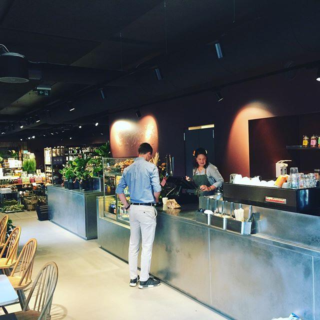 Så er Grønn- prosjektet ferdig! - med siste skapdører og møbler på plass er trinn to av Grønn cafe ferdigstilt. #intetior #grønnlilleaker #cafe #ledstenarkitektur #delikatessebutikk @ledstenarkitektur
