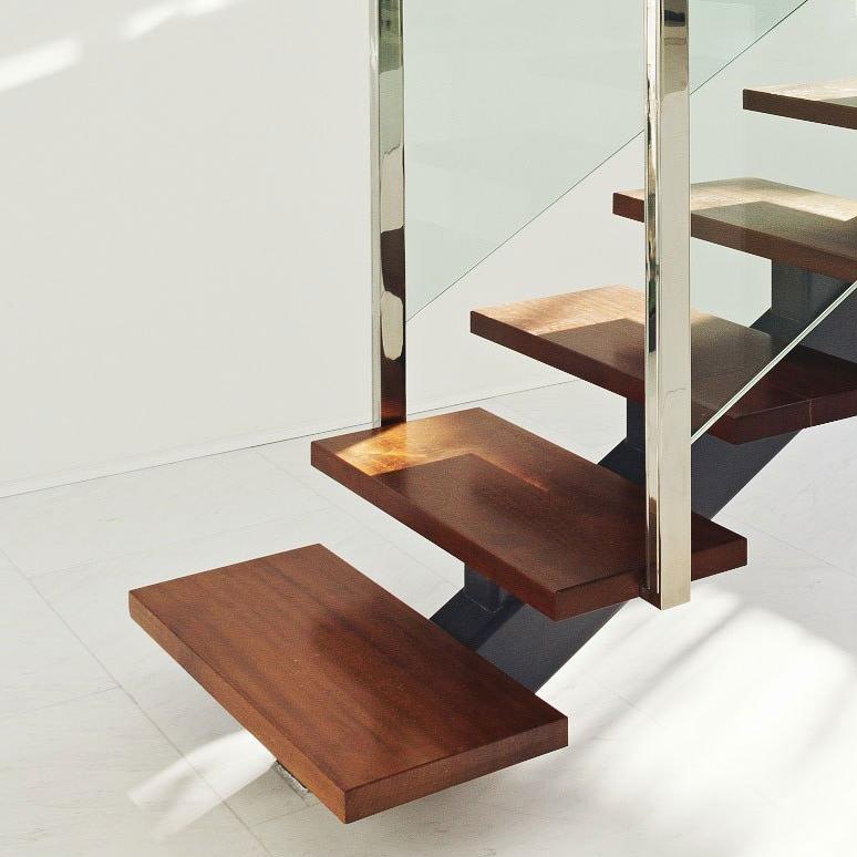 Escaliers (limons en acier + marches en bois franc)