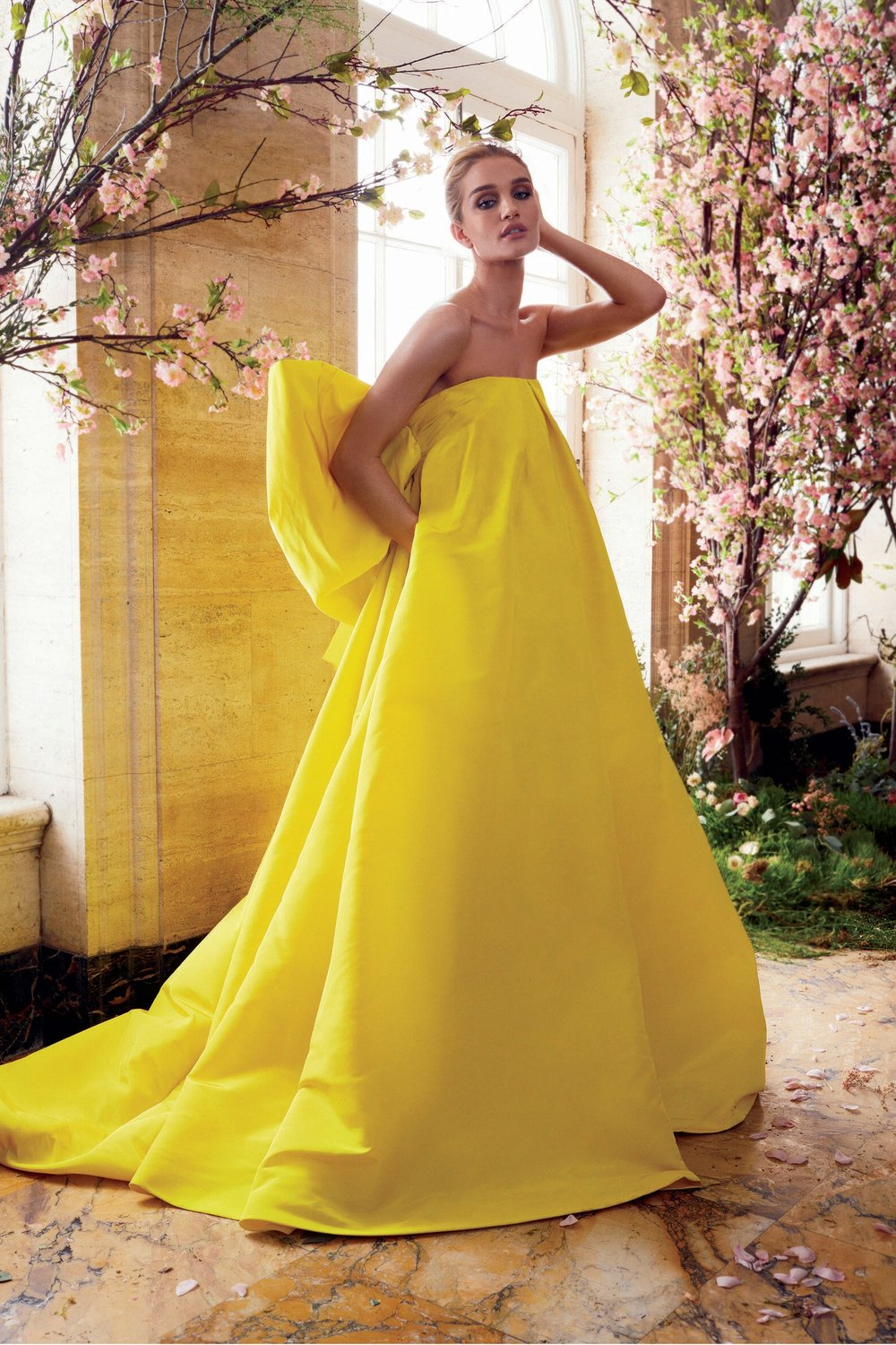 rosie-huntington-whiteley-valentino-yellow-dress