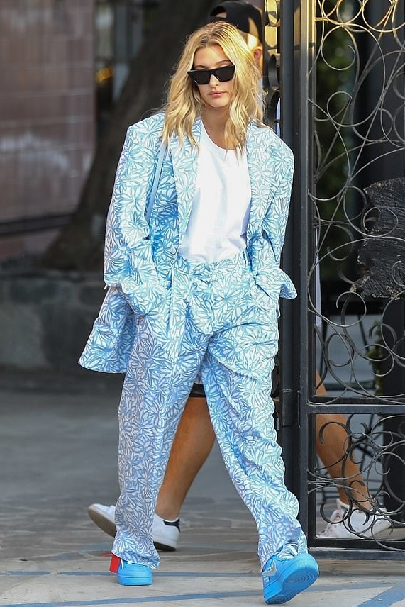 hailey-bieber-jacquemus-blue-printed-suit-blue-sneakers.jpg