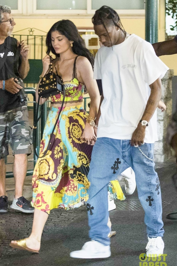 kylie-jenner-printed-top-and-skirt-in-capri-italy.jpg