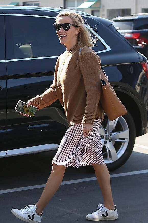 reese-witherspoon-anine-bing-bege-sweater.jpg