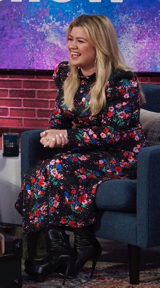 kelly-clarkson-floral-marc-jacobs-dress.jpg