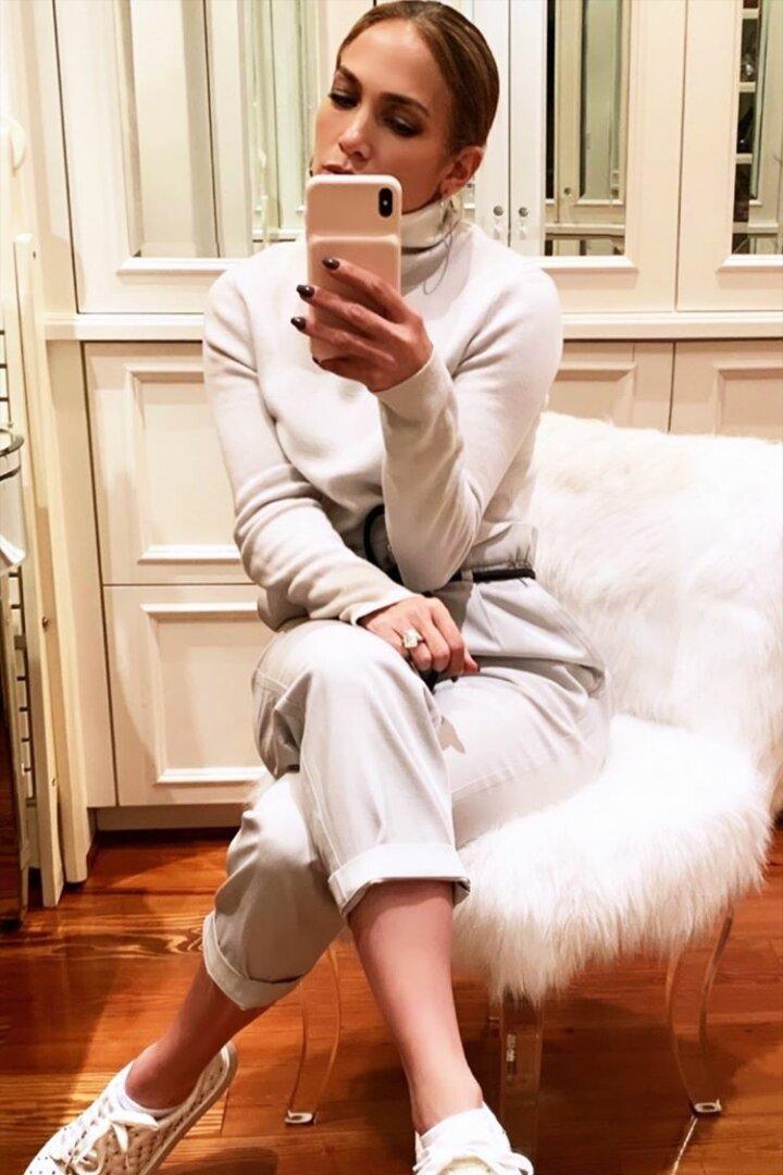 jennifer-lopez-grey-cropped-trousers.jpg