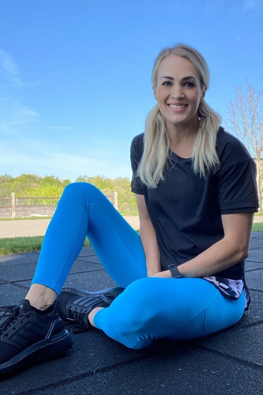carrie-underwood-blue-leggings.jpg