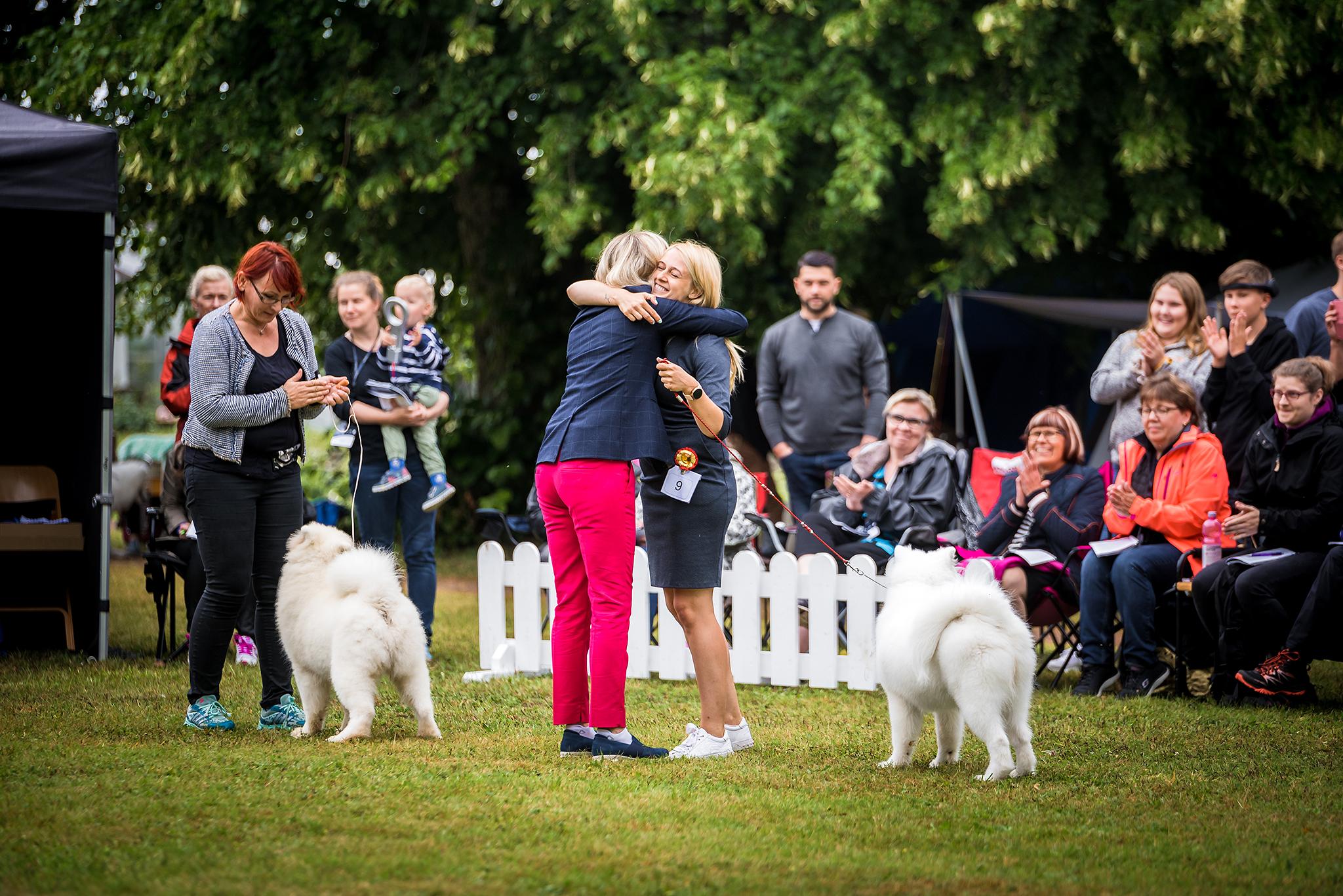 Tuula Pratt congratulating the winner of Best Baby Puppy In Show