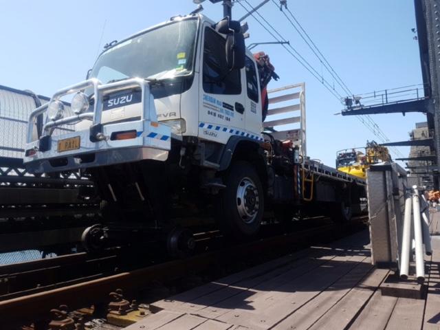 IRAIL-Hirail-Jet-Vacuum-Crane-Truck-FVR32-Isuzu-3.jpg