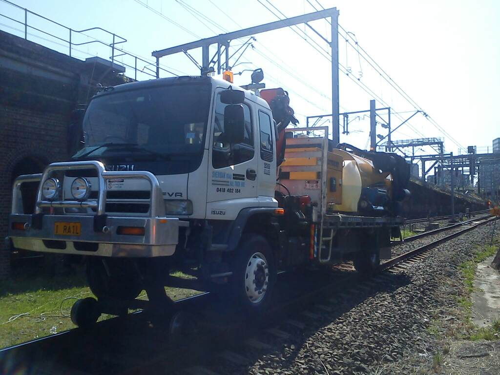 IRAIL-Hirail-Jet-Vacuum-Crane-Truck-FVR32-Isuzu-5.jpg