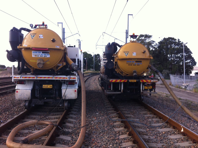 IRAIL-Hirail-Jet-Vacuum-Crane-Truck-FVR32-Isuzu-6.jpg
