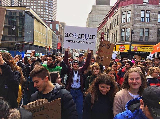 L'AÉÉMUM en grève ! Bravo à toutes les étudiantes et tous les étudiants présents lors de la marche. En cette journée d'action pour le climat où on unit nos voix pour se faire entendre par ceux qui n'écoutent pas, je tiens à souligner l'importance d'une autre action individuelle qui peut avoir un impact énorme : voter. Cette année, on passera aux urnes pour élire un nouveau gouvernement fédéral. En temps et lieu viendra le temps des plateformes et des analyses, mais rappelons-nous seulement de garder vivante cette flamme et cette passion qui brûle dans autant d'entre nous aujourd'hui pour que ce jour là aussi, et pour tous les autres jours décisifs comme aujourd'hui, on pose le geste qui permettra aux générations futures d'en faire de même.
