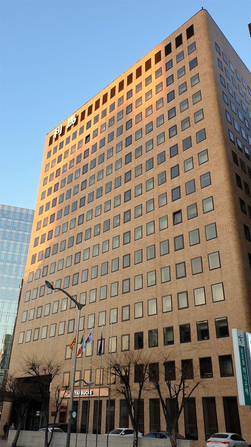 이마빌딩 - 이마빌딩이 위치한 이곳은 북악산과 경복궁 명당수의 정기를 받아 행운을 가져다 주는 명당으로도 유명합니다.서울 강북 사통팔달의 중심지 광화문 앞에 위치한 이마빌딩은 지속적인 투자와 선진 관리 시스템으로 항상 최적의 쾌적한 사무환경을 제공합니다.