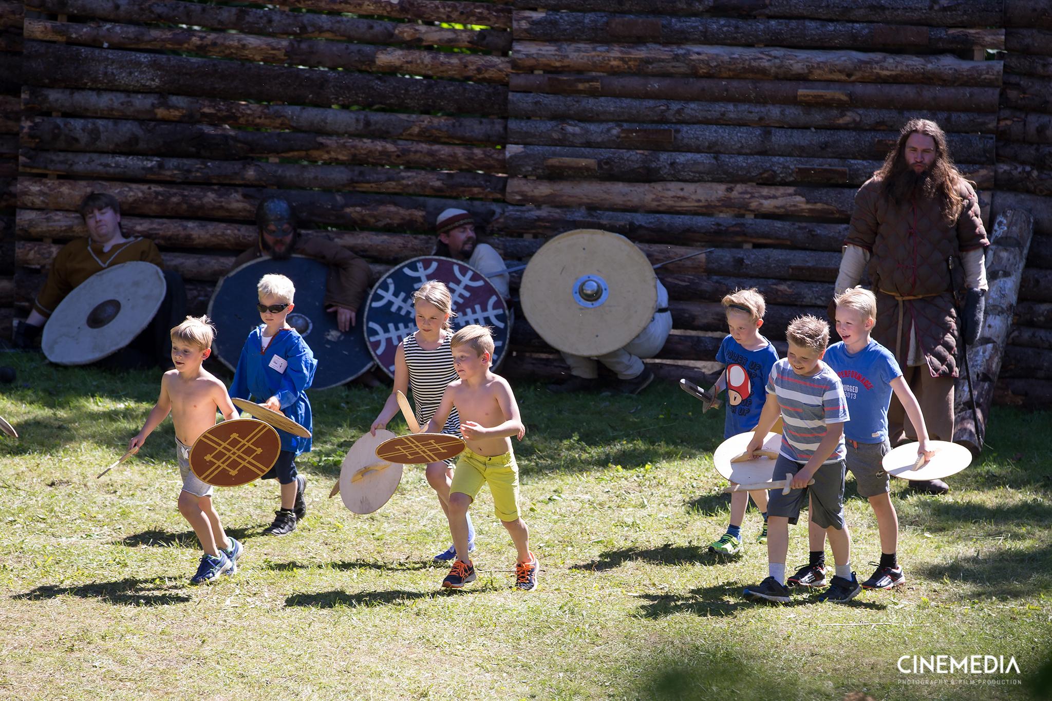 Barn som kriger med Vedhrar.jpg