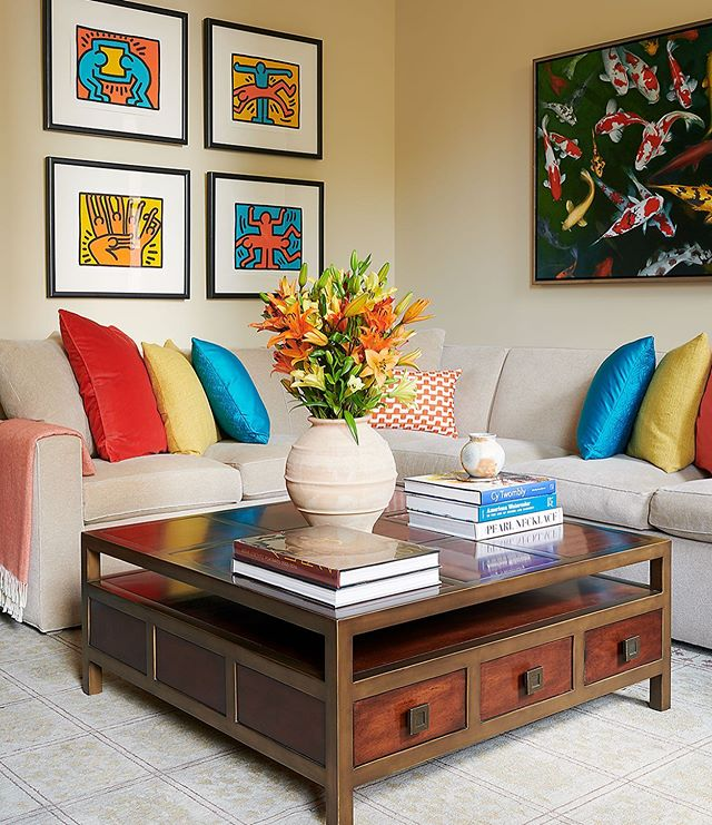 Love the way @eminteriorsphiladelphia incorporated their client's art curation throughout this Rittenhouse home. And the saturated color scheme is 👌👌 #mainlinedesign #mainlinepa #philly #color #home #homedesign #homedesignideas #art #furniture #livinginphilly