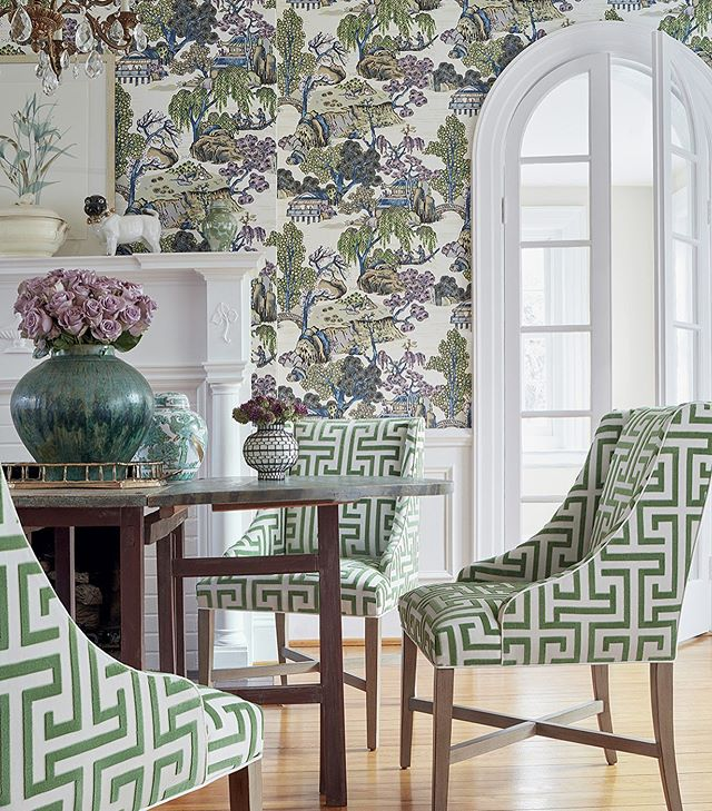Green ✔️ Bold ✔️ Chinoiserie ✔️ Geometric ✔️ The combination of @thibaut_1886 wallpaper and fabric in this dining room is on trend!  #wallpaper #greekkey #chinoiserie  #chinoiseriewallpaper #diningroom #interiordesign #homedecor