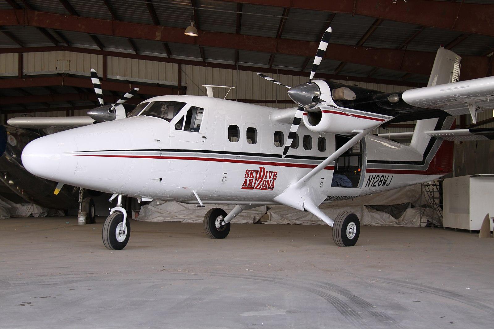 1599px-N128WJ_DHC-6_Twin_Otter_Skydive_Arizona_(8877713790).jpg