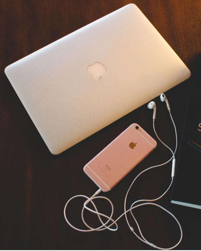 Equipo necesario - Hardware: Sólo necesitas tu laptpop o computadora, tu celular inteligente y los audífonos que vienen con él. Aunque te recomendaremos equipos especializados como micrófonos, no los necesitas para crear y publicar tu Podcast.Software: Te recomedaremos un software de grabación y edición con tutorial incluido. Te recomendaremos aplicaciones para diseñar una carátula para Podcast y te ofreceremos tutoriales para que puedas hacerlo tú. El servicio de diseño gráfico no está incluido en el curso.