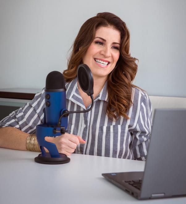 Un podcast… - Te posiciona como expertoTe acerca a tus clientesAtrae un tráfico de potenciales clientesPuede convertirse en una nueva fuente de ingresos