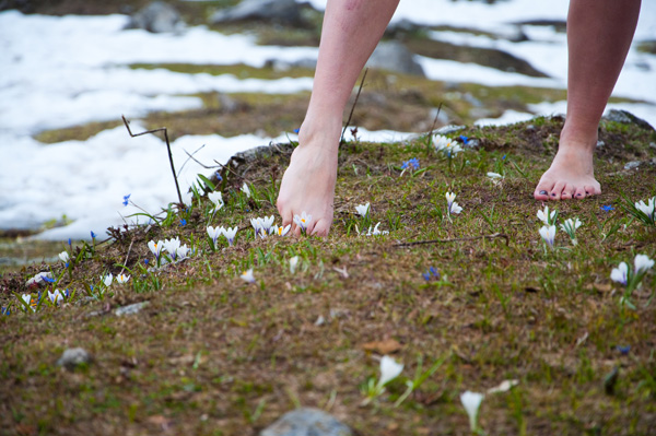 Grounding or earthing is simply spending time barefoot with the earth. It's a great way to detox safely! Learn more about detoxing via grounding in this blog. Holistic healthcare provider Amy Mihaly of Be Well Clinic.