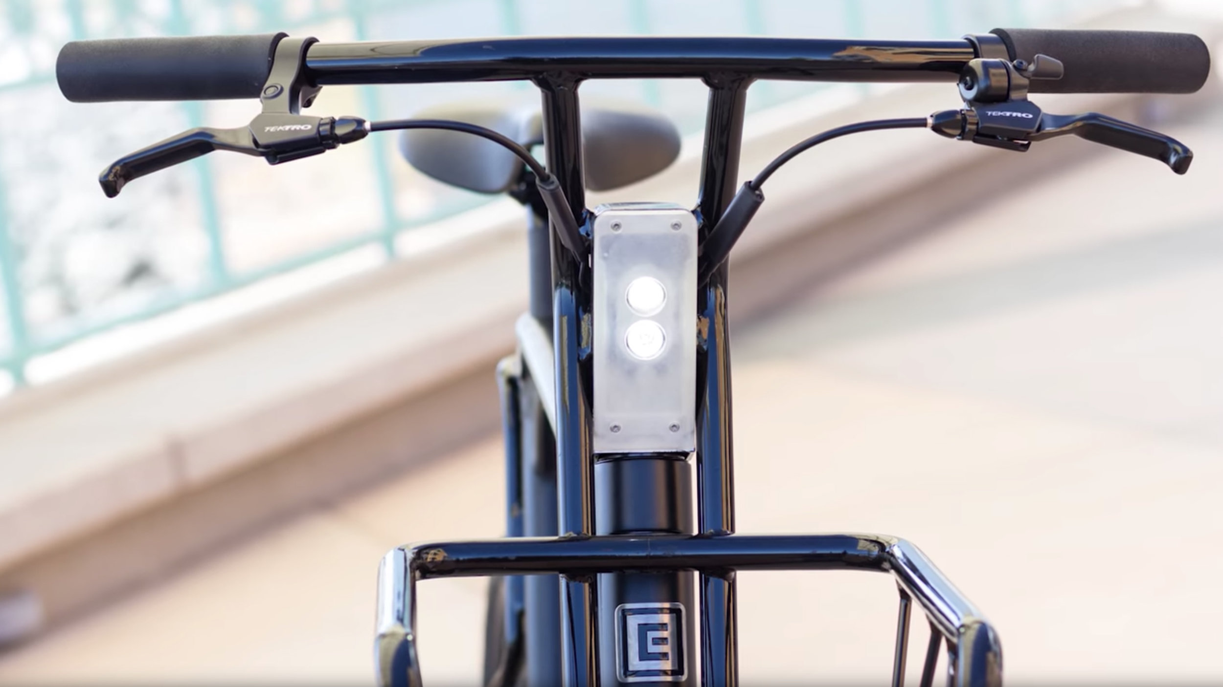 electrified-reviews-pure-cycles-volta-single-speed-electric-bike-review-handlebars-headlight.jpg