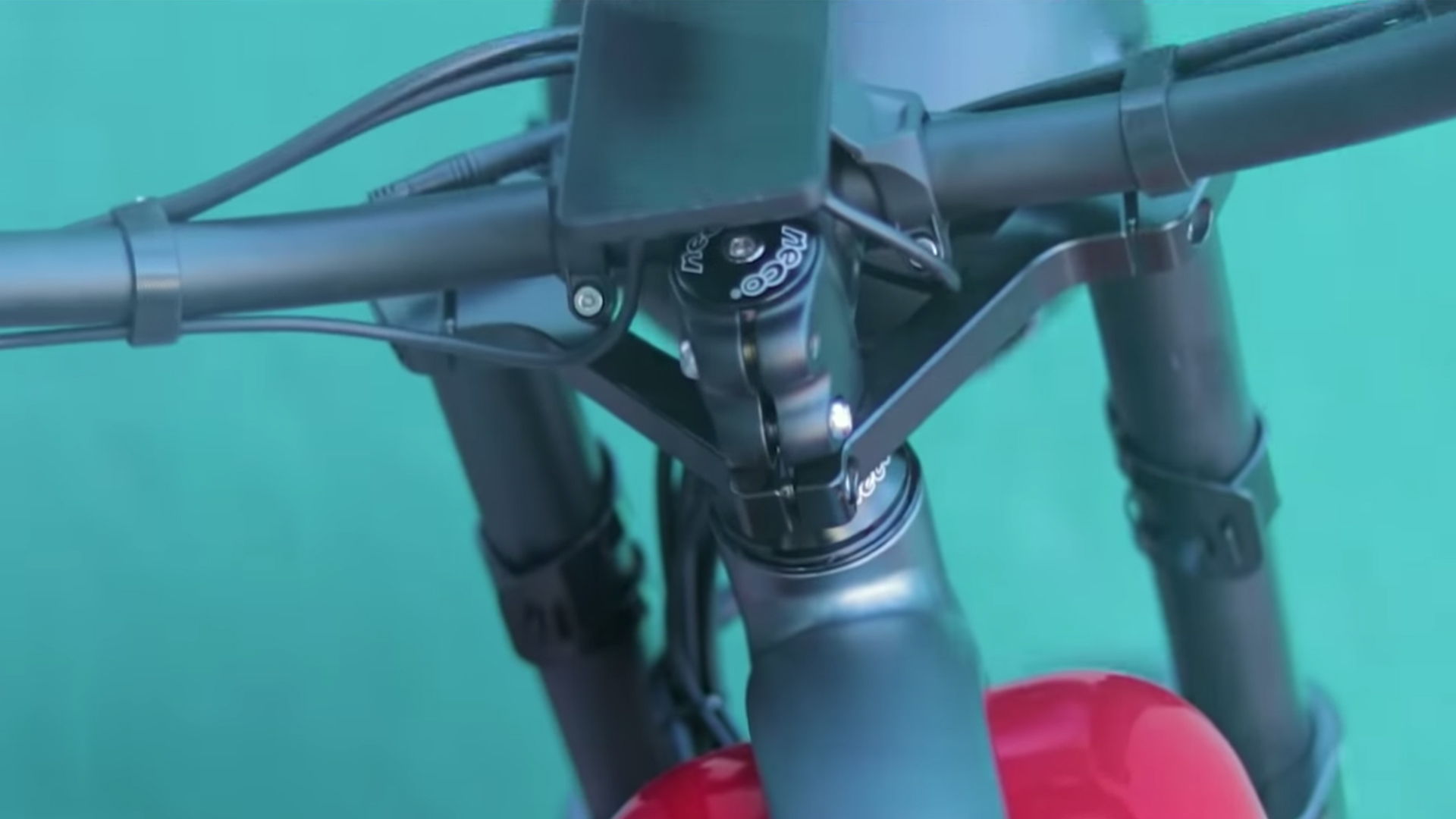 electrified-reviews-civi-bikes-cheetah-electric-bike-review-handlebars.jpg
