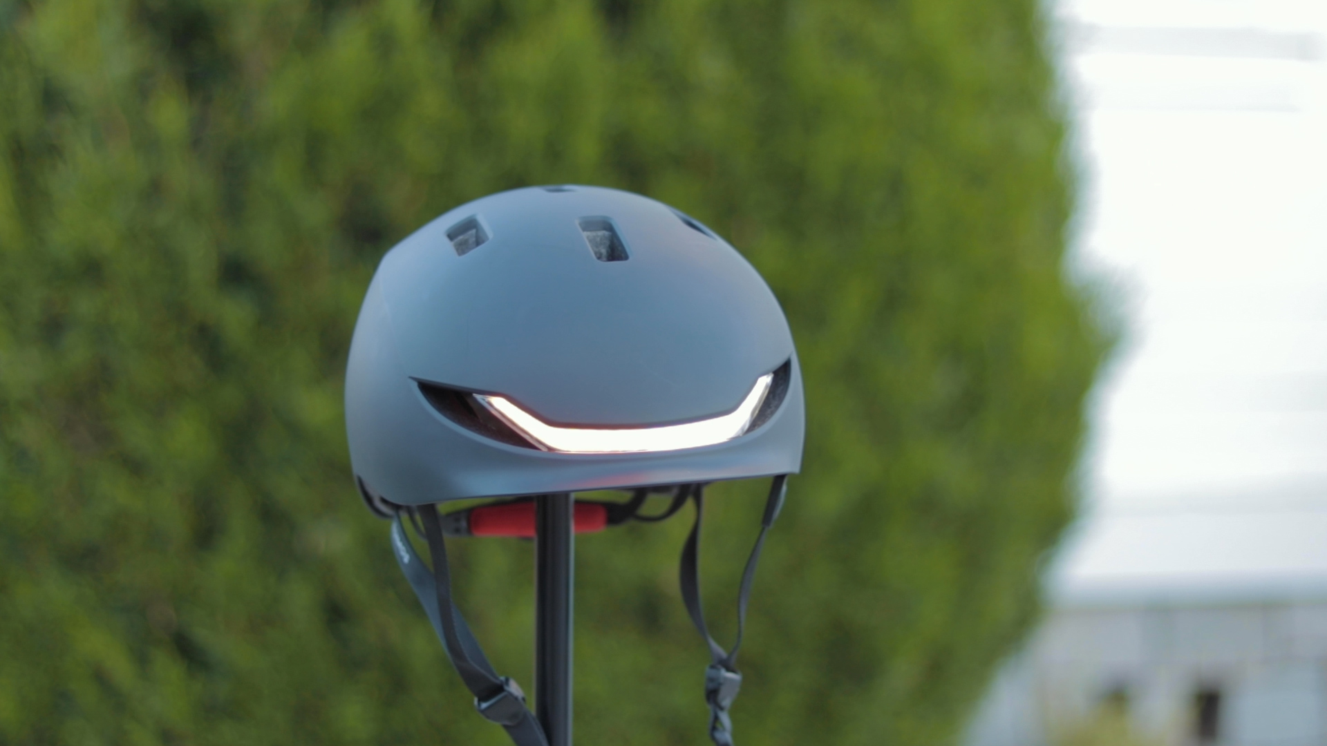 electrified-reviews-lumos-matrix-smart-helmet-review-front-blinker.jpg
