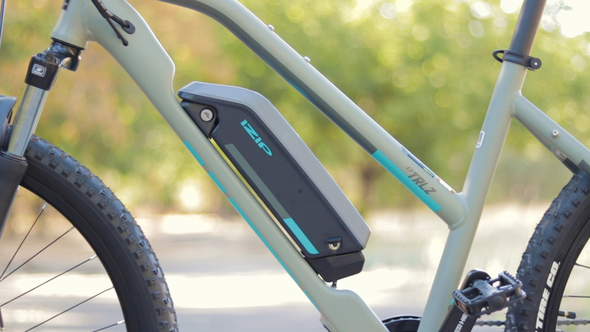 electrified-reviews-izip-trlz-electric-bike-review-battery-2.jpg